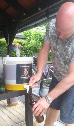 Het uitdokteren van een recept en nauwgezet de stappen van het brouwproces doorlopen resulteerde in een eerste bier. De Quarantaine Tripel