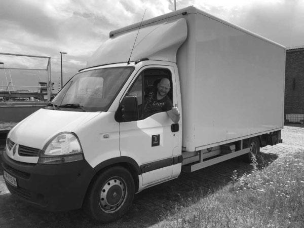Met de vrachtwagen worden de pallets vol quarantaine tripel naar Warmenhuizen gereden